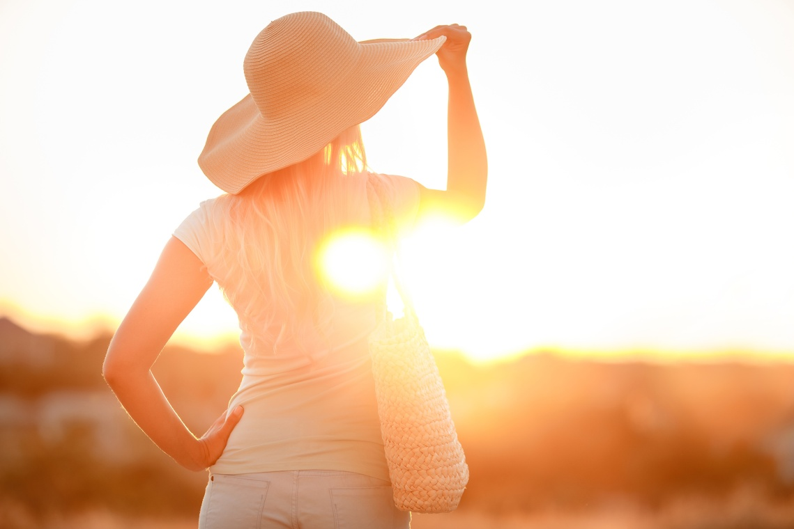 Fotolia (c) Woman in hat with large fields, at sunset